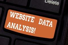 Word het schrijven de Gegevensanalyse van de tekstwebsite Bedrijfsconcept voor analyse en rapport van Webgegevens voor het verbet royalty-vrije stock foto's