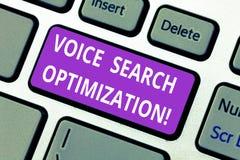 Word het schrijven de Optimalisering van tekstvoice search Het bedrijfsconcept voor verbetert Web zoekend door gesproken comanaly stock foto