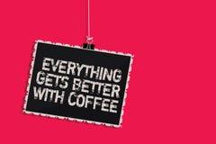 Word het schrijven de tekst alles wordt beter met Koffie Het bedrijfsconcept voor heeft een hete drank wanneer het hebben van pro vector illustratie