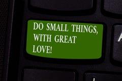 Word het schrijven de tekst doet Kleine Dingen met Grote Liefde Het bedrijfsconcept voor Motivatie inspireert om kleine acties te royalty-vrije stock afbeelding