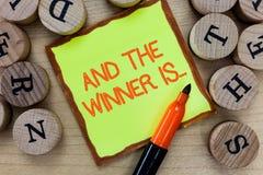 Word het schrijven de tekst en de Winnaar zijn Bedrijfsconcept voor het Aankondigen van wie de Kampioen Exemplar Uitvoerder is stock afbeeldingen