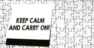 Word het schrijven de tekst houdt Kalm en Carry On Bedrijfsconcept voor slogan die persistentiegezicht van uitdagingsstuk verzoek stock fotografie