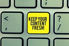 Word het schrijven de tekst houdt Uw Inhoud Vers Het bedrijfsconcept voor heeft uw marketing bijgewerkte bevorderingsstrategieën stock foto