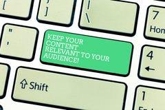 Word het schrijven de tekst houdt Uw Inhoud voor Uw Publiek Relevant Bedrijfsconcept voor Goed marketing strategieëntoetsenbord stock foto's