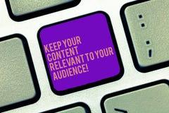 Word het schrijven de tekst houdt Uw Inhoud voor Uw Publiek Relevant Bedrijfsconcept voor Goed marketing strategieëntoetsenbord royalty-vrije stock foto's