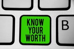 Word het schrijven de tekst kent Uw Waarde Het bedrijfsconcept voor zich bewust is van persoonlijk waarde Verdiend groen de voord royalty-vrije stock foto