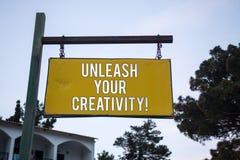 Word het schrijven de tekst laat Uw Creativiteitvraag los Bedrijfsconcept voor Develop Persoonlijke de Wijsheids Houten raad h va stock foto