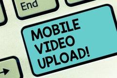 Word het schrijven de tekst Mobiele Video uploadt Het bedrijfsconcept voor voegt video's op website of blog toe gebruikend het To stock foto