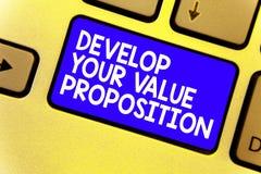 Word het schrijven de tekst ontwikkelt Uw Waardevoorstel Bedrijfsconcept voor Prepare marketing het Toetsenbord blauwe sleutel va royalty-vrije stock foto