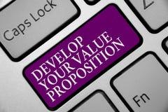 Word het schrijven de tekst ontwikkelt Uw Waardevoorstel Bedrijfsconcept voor Prepare marketing het Toetsenbord purpere sleutel v stock fotografie