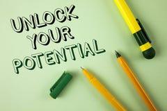 Word het schrijven de tekst opent Uw Potentieel Het bedrijfsconcept voor Reveal talent ontwikkelt capaciteiten toont persoonlijke royalty-vrije stock fotografie