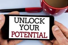 Word het schrijven de tekst opent Uw Potentieel Het bedrijfsconcept voor Reveal talent ontwikkelt capaciteiten toont persoonlijke stock foto