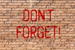 Word het schrijven de tekst trekt T aan vergeet Het bedrijfsconcept voor Remember houdt in de kunst van de het ProgrammaBakstenen royalty-vrije stock foto