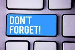 Word het schrijven de tekst vergeet geen Motievenvraag Het bedrijfsconcept voor Remember houdt in het Programma van de meningsher royalty-vrije stock fotografie