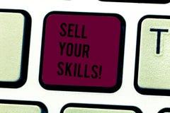 Word het schrijven de tekst verkoopt Uw Vaardigheden Het bedrijfsconcept voor maakt uw capaciteit om iets goed te doen of de desk stock foto's