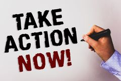 Word het schrijven de tekst voert Actie nu Motievenvraag Het bedrijfsconcept voor Dringend onmiddellijk Direct Bewegingsbegin beg royalty-vrije stock afbeeldingen