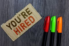 Word het schrijven de tekst wordt u aangaande gehuurd Bedrijfsconcept voor Nieuw Job Employed Newbie Enlisted Accepted Aangeworve stock foto's
