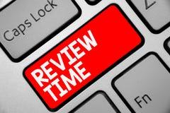Word het schrijven de Tijd van het tekstoverzicht Bedrijfsconcept voor situatie of systeem zijn formeel onderzoek door het Toetse royalty-vrije stock afbeeldingen