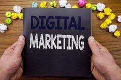Word, het schrijven Digitale Marketing Bedrijfsconcept voor BedrijfsdieStrategie op het boek van het blocnotenotitieboekje op het stock afbeeldingen