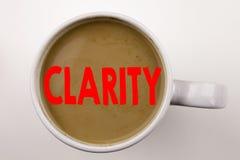 Word, het schrijven Duidelijkheidstekst in koffie in kop Bedrijfsconcepten voor de duidelijkheid Bericht op witte achtergrond met royalty-vrije stock foto's