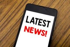 Word, het schrijven handschrift Recentste Nieuws Bedrijfsconcept voor Vers Huidig Nieuw die Verhaal op mobiele telefooncellphone  stock afbeeldingen