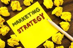 Word, het schrijven Marketing Strategie Bedrijfsconcept voor Succes Digitaal die Plan op kleverig notadocument wordt geschreven,  Stock Afbeeldingen