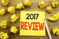 Word, het schrijven 2017 Overzicht Bedrijfsconcept voor Jaarlijks geschreven Rapport over kleverig notadocument op de houten acht Royalty-vrije Stock Fotografie