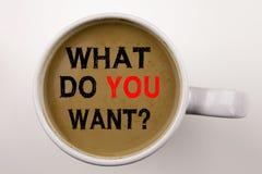 Word, het schrijven Question What Do You Want tekst in koffie in kop Bedrijfsconcept voor het Plan van de Doelmotivatie op witte  Royalty-vrije Stock Foto