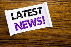 Word, het schrijven Recentste Nieuws Bedrijfsconcept voor Vers Huidig Nieuw die Verhaal op kleverig notadocument wordt geschreven royalty-vrije stock afbeelding