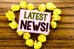 Word, het schrijven Recentste Nieuws Bedrijfsconcept voor Vers Huidig Nieuw die Verhaal op kleverig notadocument wordt geschreven stock afbeelding