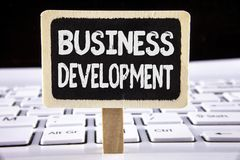 Word het schrijven tekst Bedrijfsontwikkeling Het bedrijfsdieconcept voor Develop en voert de Kansen van de Organisatiegroei op W royalty-vrije stock fotografie