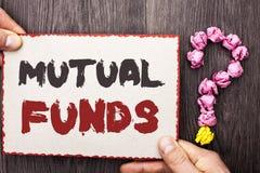 Word het schrijven tekst Beleggingsmaatschappijen Bedrijfsconcept voor Investeringsstrategie om aandelen met andere die investeer royalty-vrije stock afbeelding