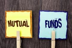 Word het schrijven tekst Beleggingsmaatschappijen Bedrijfsconcept voor Investeringsstrategie om aandelen met andere die investeer royalty-vrije stock fotografie