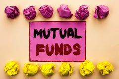 Word het schrijven tekst Beleggingsmaatschappijen Bedrijfsconcept voor Investeringsstrategie om aandelen met andere die investeer royalty-vrije stock foto's