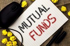 Word het schrijven tekst Beleggingsmaatschappijen Bedrijfsconcept voor Investeringsstrategie om aandelen met andere die investeer royalty-vrije stock afbeeldingen