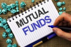 Word het schrijven tekst Beleggingsmaatschappijen Bedrijfsconcept voor Investeringsstrategie om aandelen met andere die investeer royalty-vrije stock foto