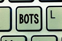 Word het schrijven tekst Bots Bedrijfsconcept voor Geautomatiseerd programma dat over de Internet-Kunstmatige intelligentie loopt royalty-vrije stock afbeelding