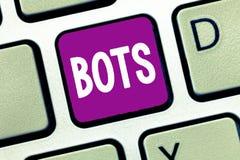 Word het schrijven tekst Bots Bedrijfsconcept voor Geautomatiseerd programma dat over de Internet-Kunstmatige intelligentie loopt royalty-vrije stock foto