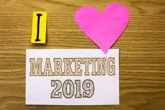 Word het schrijven tekst die 2019 op de markt brengen Bedrijfsconcept voor Nieuwjaar Royalty-vrije Stock Afbeeldingen