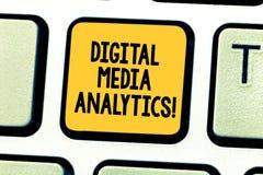 Word het schrijven tekst Digital Media Analytics Bedrijfsconcept voor Analyse die van informatie van een bedrijfstoetsenbord stro stock foto's