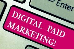 Word het schrijven tekst Digitale Betaalde Marketing Bedrijfsconcept voor marketing inspanningen die een betaald plaatsingstoetse stock fotografie