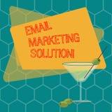 Word het schrijven tekst E-mail Marketing Oplossing Bedrijfsconcept voor het helpen van klanten om hun problemen Gevulde Cocktail royalty-vrije illustratie