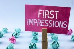 Word het schrijven tekst Eerste Indrukken Bedrijfsdieconcept voor van de de prestatiesbaan van de Ontmoetingspresentatie het gesp Stock Foto