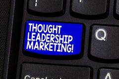 Word het schrijven tekst Gedachte Leiding Marketing Bedrijfsconcept voor kunst van het plaatsen van uw bedrijf als leider stock foto
