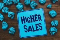 Word het schrijven tekst Hogere Verkoop Het bedrijfsconcept voor de gemiddelde verkochte producten en de diensten van een bedrijf stock afbeelding