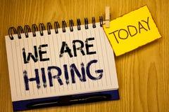 Word het schrijven tekst huren wij Bedrijfsconcept voor Talent die de Rekrutering van Job Position Wanted Workforce jagen u royalty-vrije stock afbeeldingen