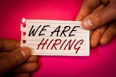 Word het schrijven tekst huren wij Bedrijfsconcept voor Talent die de Rekrutering van Job Position Wanted Workforce jagen u royalty-vrije stock foto