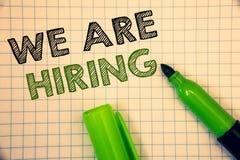 Word het schrijven tekst huren wij Bedrijfsconcept voor Talent die de Rekrutering van Job Position Wanted Workforce jagen u royalty-vrije stock foto's