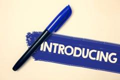 Word het schrijven tekst het Introduceren Bedrijfsconcept voor het Voorstellen van een onderwerp of iemand Aanvankelijke de Ideeë royalty-vrije stock foto's