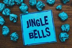 Word het schrijven tekst Jingle Bells Bedrijfsconcept voor beroemdste traditionele Blauwe het document van het Kerstmislied over  royalty-vrije stock foto